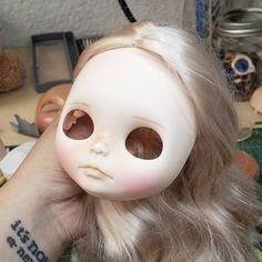 Mi primer rubia casi lista!   Muy pronto disponible para adopción. _______________________ #Sonydolls #blythedoll #custombysony #customblythe #blythe #dollphotography #dolls #muñeca #poupee #boneca #blonde #blondehair #weloveblythe #friday #weekend #iloveblythe #toys #freckles #carving #makeup #mexico #etsy #tattoo #bigeyes #toycollector #toystagram #blythestagram #instablythe #dollstagram #blytheaday