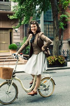 I like pretty much everything about this. Must have tweed vest and jacket, STAT. (And yes, the photo was taken at this year's Tweed Run. Cycle Chic, Tweed Ride, Tweed Jacket, Tweed Skirt, Moda Vintage, Vintage Mode, Vintage Style, Looks Vintage, 1940s Fashion