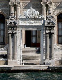 Hiçlikte Bir An: Dolmabahçe Sarayı Kapı Süslemeleri