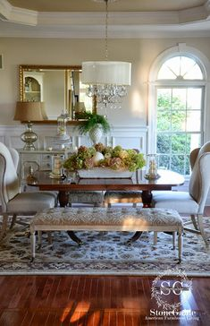 I love this dining room.... everything about it. I love the bench. I could make that.