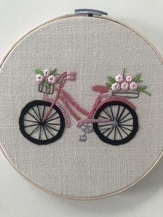 Bici florida bordada a mano, Pieza bordada a mano sobre lino con Hilo de Algodón, arte en fibra, Bordado Contemporáneo Hand Embroidery Patterns Flowers, Hand Embroidery Videos, Embroidery Flowers Pattern, Embroidery Hoop Art, Hand Embroidery Designs, Vintage Embroidery, Ribbon Embroidery, Embroidery Ideas, Embroidered Flowers