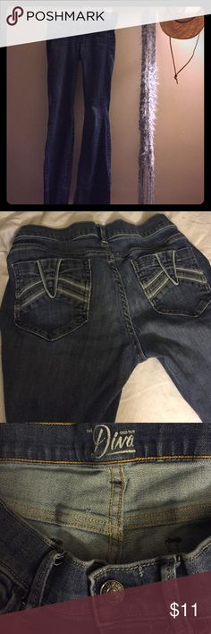 Old Navy jeans Old Navy 'the Diva' style jeans! Very comfortable. Wide bottoms. The size is 0 regular. I am 5'7'' about 120 lbs and the pants still sag on me a bit so I believe Old Navy's 0 runs big.. I wear a size 7 in juniors with other brands so hope that gives a bit of an idea of the size of these jeans Old Navy Jeans Flare & Wide Leg