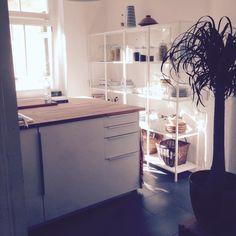 Helle Und Freundliche Kücheneinrichtung: Weißes Regal Und Dunkle Fliesen.  Wohnung In Berlin. #