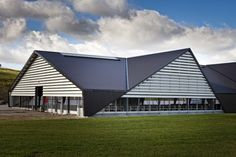 Image 4 of 18 from gallery of Vejlskovgaard Stable / LUMO Architects. Photograph by LUMO Architects Cool Roof, Old Farm, Horse Barns, Stables, Animal Shelter, Pavilion, Modern Architecture, Exterior, Gallery