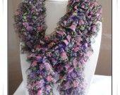 Echarpe foulard tricoté main en ruban papillon idéal pour ce printemps!  C'est l'accessoire mode de ce printemps !!! matière: voilage acrylique dimension: 1m72 de longueur 8 cm de largeur
