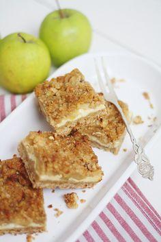 Yksi syksyn lemppareistani on perinteinen omenapiirakka – joko kannellisena versiona tai muropohjaisena piirakkana. Mitään ihan perinteistä omenapiirakkaa en kuitenkaan raaskinut tehdä, koska leivon vain harvoja juttuja useammin kuin kerran, joten halusin yhdistää piirakan juustokakkuun. Mitä... Good Bakery, Sweet Bakery, Sweet Little Things, Sweet Stuff, Salty Foods, Joko, Sweet Pie, Sweet And Salty, Baking Recipes