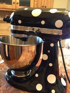 Polka dots for your KITCHENAID stand mixer - How cute - made with vinyl Kitchen Stand Mixers, Kitchen Aid Mixer, Kitchen Gadgets, Kitchen Appliances, Kitchenaid Stand Mixer, Vinyl Projects, Kitchen Decor, Sweet Home, Polka Dots