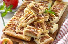 Äppelkaka till många! Baka den här i långpanna och skär i små saftiga rutor. Servera med vaniljsås eller ät som den är.
