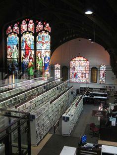 La bibliothèque du quartier Mile-End, Montréal, Québec. Totes les esglésies haurien de ser biblioteques amb entrada lliure i obertes la major part del dia!