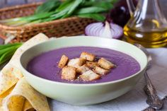 """La vellutata di cavolo rosso è uno di quei piatti invernali che scaldano e fanno sentire coccolati. L'ingrediente principale della ricetta è appunto il cavolo rosso, varietà che è anche nota come """"cavolo viola"""" o """"crauto rosso"""" o, ancora, """"crauto blu"""". Lo si riconosce facilmente, per il colore delle sue foglie: rosso intenso, tendente al"""