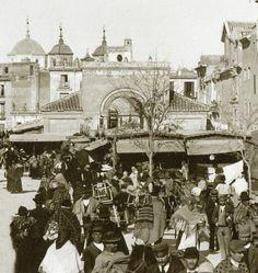 Mercado de Verónicas vIEJO 1900, AL FONDO aPARECEN LAS DERRIBADAS TORRES DE la iglesia de sAN aNTOLÍN