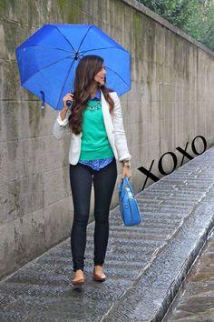 Que la lluvia no sea un pretexto para no lucir genial. Combina tus accesorios con tus botas de lluvia y sombrilla.