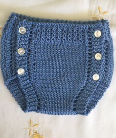 Tutorial para tejer a mano con d… Baumwollwindelhose. Baby Boy Knitting Patterns, Knitting For Kids, Hand Knitting, Baby Patterns, Baby Boy Sweater, Baby Sweaters, Knitted Baby Clothes, Knitted Hats, Baby Romper Pattern