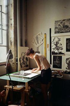 chica trabajando en su estudio