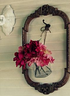 Give a floral arrangement pride-of-place on your wall by suspending it from a hook and surrounding it with an elegant vintage frame. Could give it an updated look with a sleek angular frame and cylindrical vase. Empty Frames, Old Frames, Vintage Frames, Vintage Decor, Modern Frames, Antique Frames, Empty Wall, Window Frames, Vintage Stuff