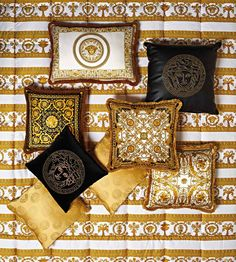 Discover the luxury Barocco pattern Collection. Discover the iconic world of Versace Home on the Official Website. Casa Versace, Versace Home, Gianni Versace, Versace Furniture, Versace Bedding, Casa Casuarina, Versace Pattern, Chanel Poster, Cake Stand With Dome