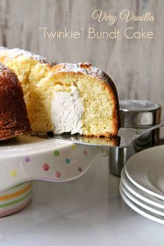 This decadently sweet vanilla bundt cake has an even sweeter secret hidden inside: a light, fluffy marshmallow filling. It's basically a *giant* Twinkie, and you're going to love every bite! Crepes, Nutella, Twinkie Cake, Marshmallow Creme, Food Cakes, Bundt Cakes, Drip Cakes, Prep Kitchen, Savoury Cake