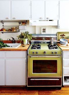Stylish Kitchens Rocking Avocado Green Appliances (used as focal points) The Design Files, Küchen Design, House Design, 1970s Kitchen, Vintage Kitchen, Vintage Stove, Updated Kitchen, Kitchen Dining, Kitchen Decor