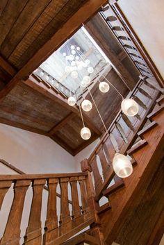 L'escalier en bois reliant les étages et un splendide luminaire suspendu
