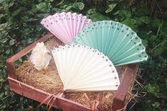 Vintage Hochzeitsfächer für eure Hochzeit in verschiedenen Farben mit personalisierter Bestempelung als Gastgeschenk