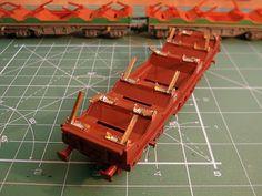 Foto 10. Mejora bobineros. Escala H0.  Proceso de detallado de los vagones portabobinas.