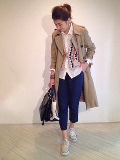 trench coat beige long white shirts Trousers tapered sarouel pants blue navy  sneaker converse off white  japan  japanese blogger outif coordinate styling stlye プチプラコーデ術 yoko シャツ / 無印良品 洗いざらしシャツ 去年 パンツ / UNIQLO 去年 カーディガン / びっくりするほど昔 tomorrowland バッグ / 母の  サブバッグ / LL bean #ootd coordinate style styling コーデ コーディネート コンバース キャンバス スニーカー ハイカット ローカット 白 ホワイト white 黒 ブラック black