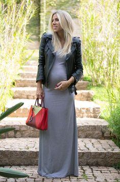 Look para grávidas, jaqueta de couro, maxi vestido listrado