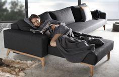 De houten poten vallen op en geven dit Scandinavische bankstel een warm tintje.  #Trendymeubels #meubels #bankstellen