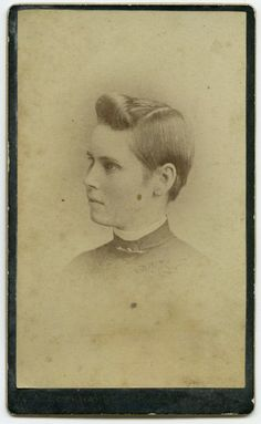 Cut Due to Illness or Fashion? Whatever Reasons, Here Are 20 Cool Photos of Victorian Women With Short Hair ~ vintage everyday Vintage Shorts, Vintage Outfits, Vintage Fashion, Vintage Clothing, Victorian Hairstyles, Vintage Hairstyles, La Raison, Historical Hairstyles, Gender Nonconforming