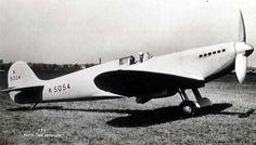 El Spitfire era un caza de líneas modernas y extremadamente rápido gracias a su motor Rolls-Royce Merlin refrigerado con aceite. Tenía una innovadora ala elíptica que mejoraba el rendimiento aerodinámico. Este tipo de ala reparte de manera más uniforme la fuerza sustentadora sobre su propia estructura, lo que otorga al Spitfire una maniobrabilidad excelente.