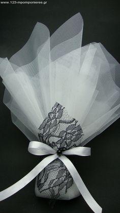 LIBERATION – ΜΠΟΜΠΟΝΙΕΡΕΣ ΓΑΜΟΥ ΔΑΝΤΕΛΑ ΜΑΥΡΗ – ΚΩΔ: 282936Η μπομπονιέρα αποτελείται από 2 τούλια οργάντζες 45Χ50 εκατ.... Diy Wedding, Wedding Gifts, Wedding Ideas, Jar Cakes, Cake In A Jar, Gift Packaging, Hobbies And Crafts, Indian Bridal, Ribbons