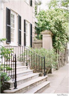 13 Beautiful Photos of Charleston's Historic Homes - Explore Charleston Blog Magnolia Plantation, Front Door Planters, Antebellum Homes, Charleston Homes, Mount Pleasant, Great Restaurants, Historic Homes, Weekend Getaways