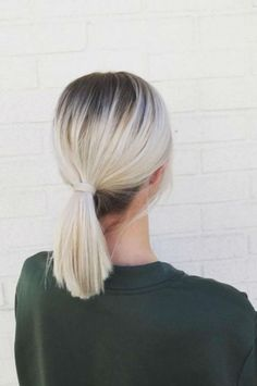 10 coiffures faciles à faire quand on a les cheveux sales 10 easy hairstyles to do when you have dirty hair Hair Blond, Dark Hair, Hair Day, New Hair, Blonde With Dark Roots, Balayage Hair, Dark Roots Blonde Hair Balayage, Blonde Ombre Short Hair, White Ombre Hair