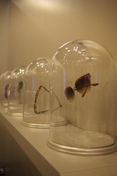 Use glass cloches to display high end frames and sunglasses. - Merchandising - Ideas of Merchandising - Cute idea. Use glass cloches to display high end frames and sunglasses. Visual Display, Display Design, Store Design, Glasses Shop, Deco Nature, Optical Shop, Accessories Display, Frame Display, Retail Design