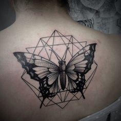 tatouage géométrique femme dos papillon  #tatouages  #tattoo