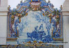 Estação Rodoviária de Santiago do Cacém - Os painéis de azulejaria, da autoria de Gilberto Renda, constituem o elemento decorativo fundamental da estação ferroviária.