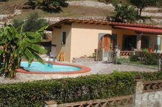 Dit charmante vakantiehuis is gelegen tussen Lucca en de zee, in de nabijheid van olijfgaarden en een klein bos. Casa Mimi staat op een groene plek en is een smaakvol en knus ingericht huis het beste geschikt voor 2 personen of een familie met twee kinderen. Het huis is gelijkvloers en biedt directe toegang naar het grote (deels) overdekte betegelde terras in de laag omsloten tuin. Hier bevindt zich ook het prachtige zwembad. Het terras is uitgerust met een tafel, stoelen, parasol en…