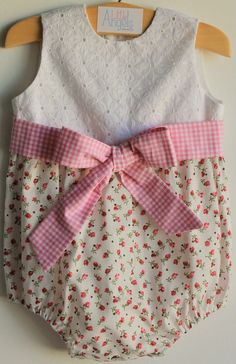 LITTLE ANGELS - Fofo flores cor de rosa com peitilho em tecido bordado e faixa vichy cor de rosa e branco.