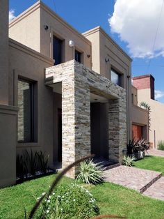 modern Houses by Carbone Fernandez Arquitectos Design Exterior, Modern Exterior, Style At Home, Future House, Front Yard Decor, House Entrance, Facade House, House Goals, House Front
