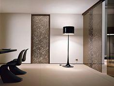 porta in vetro da parete e porte in vetro scorrevoli, tinta marrone con decorazioni floreali beige, lampada da terra e tavolo con sedie tutt...