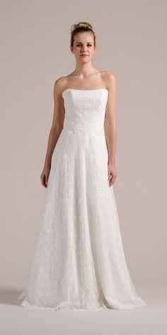 """Sue, unser trägerloses Hochzeitskleid gibt es auch in größerer Größe. Es kaschiert durch die A-Linie optisch leicht einige Pfunde. Durch den weiten Tellerrock sorgt Sue für eine schöne Silhouette, die mit Petticoat noch """"verstärkt"""" werden kann."""