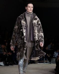 Echoes of exploration and discovery. Lava landscapes and natural e. Runway Fashion, Fashion Show, Mens Fashion, Fashion Design, Fashion Trends, Winter 2018 Fashion, Mens Essentials, Mens Fall, Winter Trends
