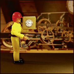 """Rubrique du Buzz dans Phosphore, un coursier apporte un paquet avec une horloge qui fait """"tic-tac"""", mauvaise idée !"""