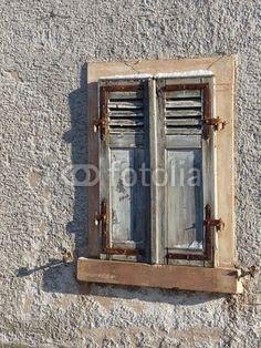 Alte Fensterläden mit rostigen Beschlägen in Großauheim am Main bei Hanau in Hessen