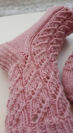 Kaunis ja helppo pitsisukka – lankasatamanblogi.fi Diy Crochet And Knitting, Knitting Socks, Knitting Stitches, Hand Knitting, Knitting Patterns, Sewing Patterns, Yarn Projects, Knitting Projects, Shoes