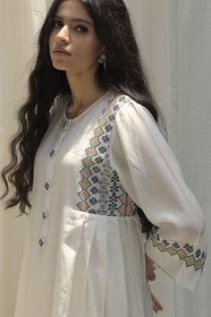 Simple Pakistani Dresses, Pakistani Dress Design, Stylish Dresses For Girls, Stylish Dress Designs, Simple Outfits, Classy Outfits, Fancy Tops, Kurta Designs Women, Frock Design