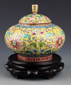 YELLOW GROUND FLOWER PORCELAIN JAR WITH COVER, Probably Qing Dynasty, H:5.25 inch