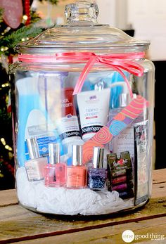 Make DIY gift for best friend yourself - make the 25 best gift ideas for women yourself - Spa visit in a glass – birthday gifts for women Informations About DIY Geschenk für beste Freundi - Themed Gift Baskets, Diy Gift Baskets, Raffle Baskets, Homemade Gift Baskets, Gift Basket Themes, Coffee Gift Baskets, Diy Best Friend Gifts, Best Gifts, Mothersday Gift Ideas