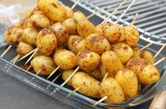 Les pommes de terre primeurs sont à l'honneur en ce moment chez mon maraîcher (celles de mon potager urbain de toit-terrasse ne sont pas encore prêtes…) et je me fait un plaisir de les déguster à toutes les sauces. Dernier petit plaisir en date : faire cuire les pommes de terre au barbecue. Pour cette …