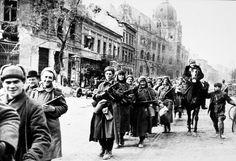 Budapest 1945. február. A vörös hadsereg elfoglalja a II. világháború legnagyobb városcsatája után. Germany Poland, Red Army, Budapest Hungary, City Buildings, World War Ii, Wwii, Street View, History, Travel